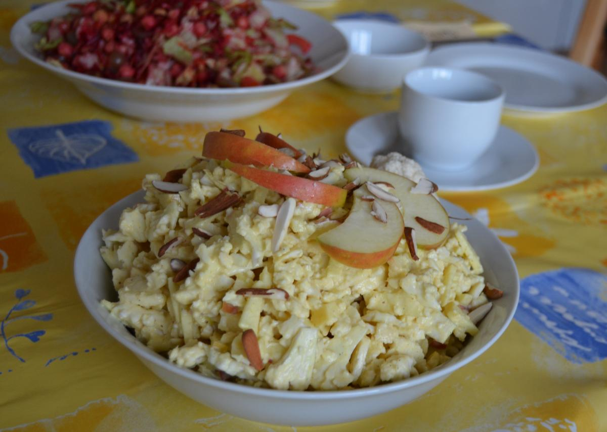 Curry-Blumenkohl-Salat aus rohen Blumenkohl