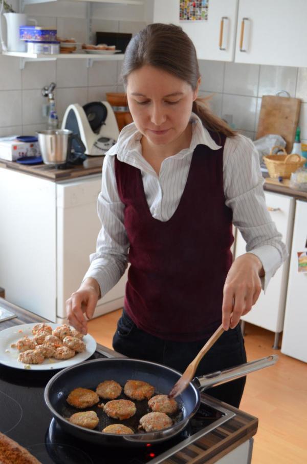 Beim Braten von vegetarischen Frikadellen