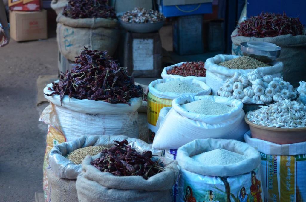 Säcke mit Getreide, Hülsenfrüchten & Chilis auf Markt in Mapusa