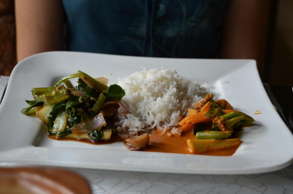 Rotes Curry und gebratenes Gemüse