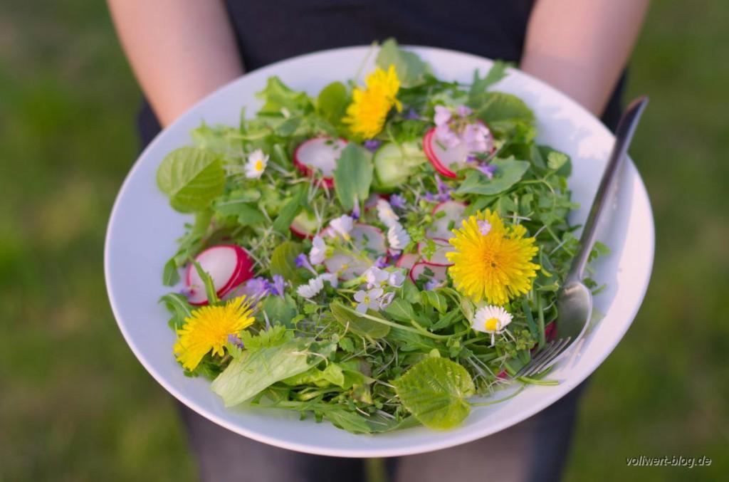 Frühlingssalat mit Wildkräutern und essbaren Blüten