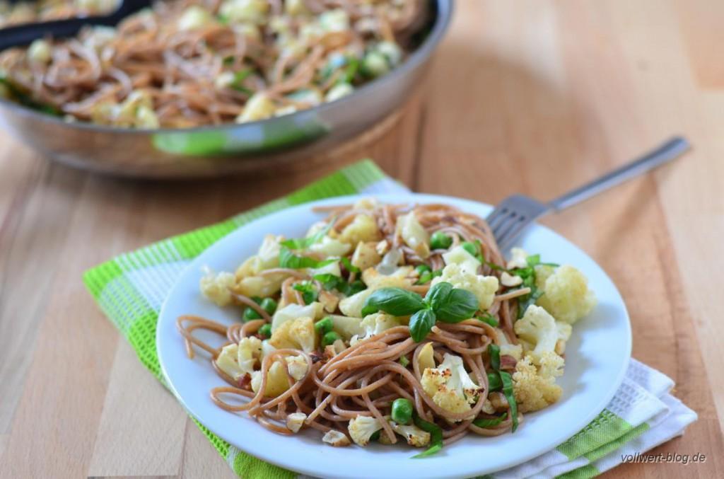Gerösteter Blumenkohl mit Spaghetti, Basilikum, Erbsen und Haselnüssen
