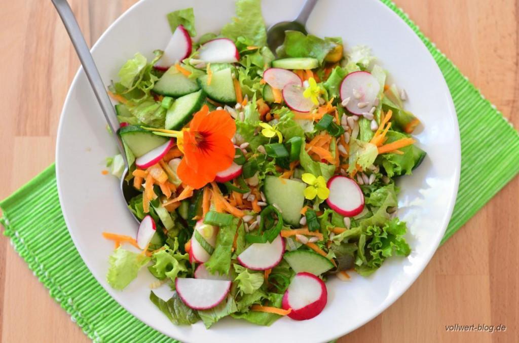 Gemischter Salat mit Kapuzinerkresse und Rucola-Blüten
