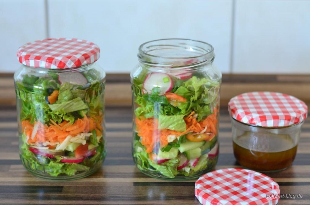 Gemischter Schichtsalat im Glas für unterwegs