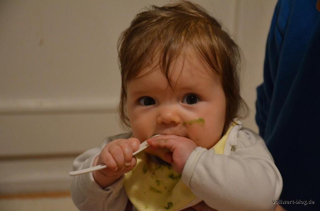 Melissa beim Smoothie essen
