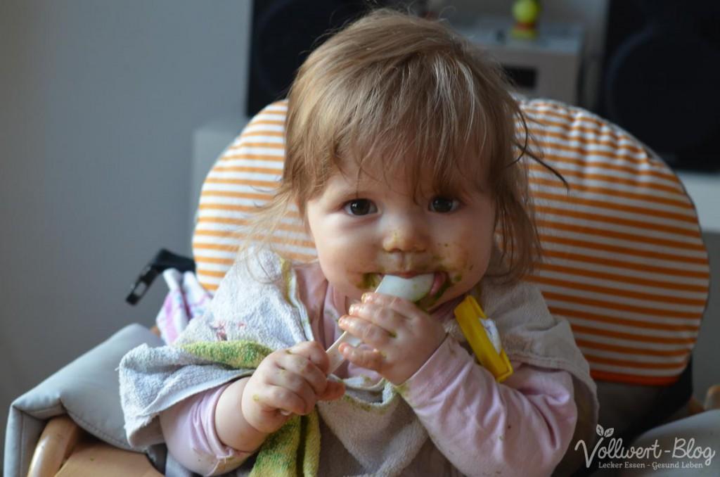 Beim grünen Smoothie essen