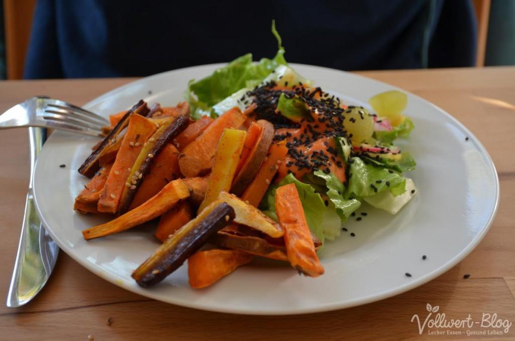 Gemischter Salat mit Paprika-Mango-Dressing & Gemüse-Pommes