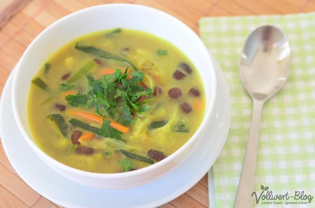 Vegane asiatische Bohnensuppe mit Spitzkohl