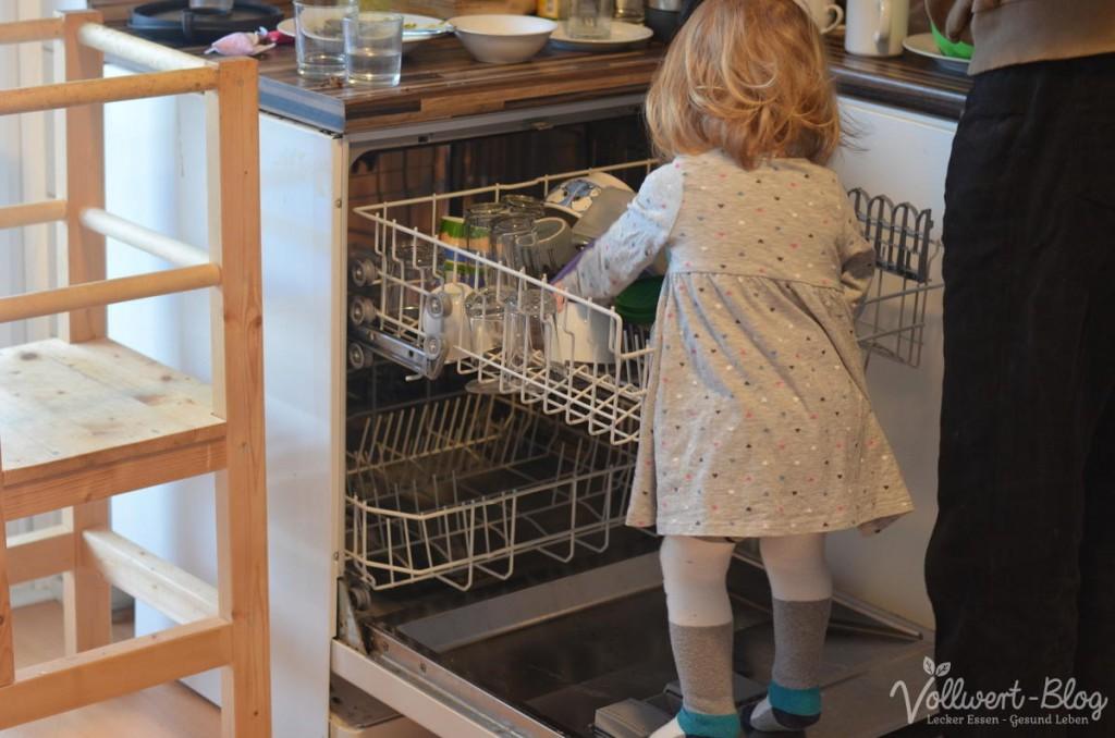 beim Geschirrspüler ausräumen