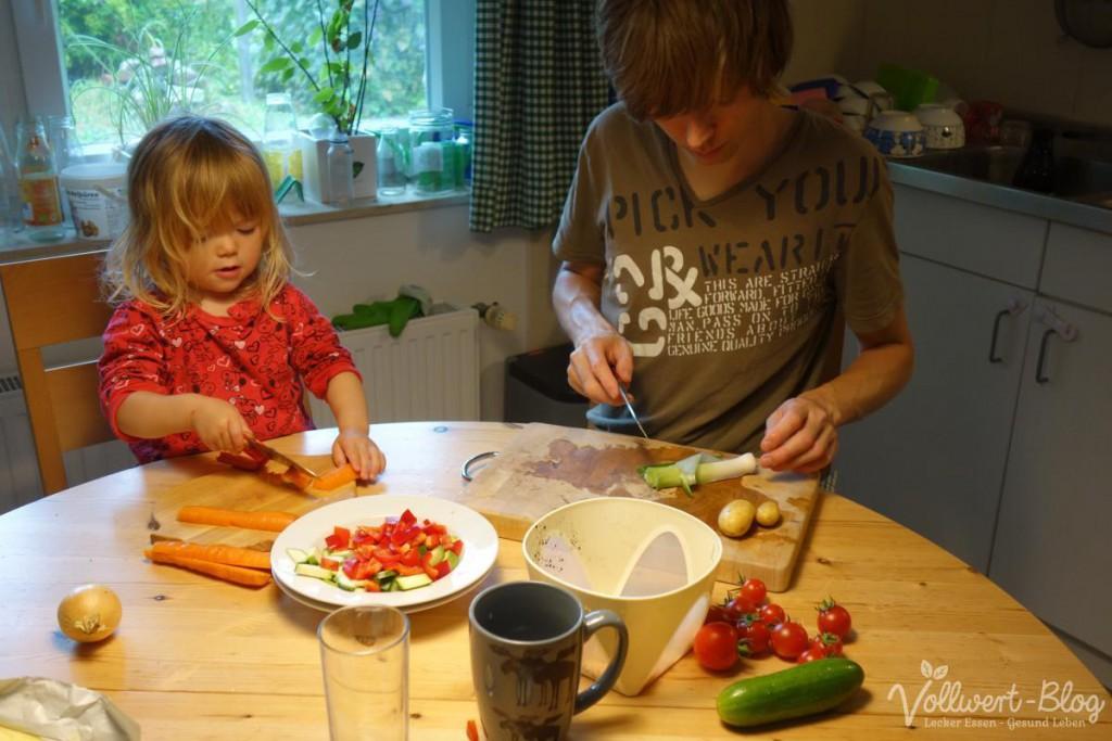Papa und Tochter beim Gemüse schneiden