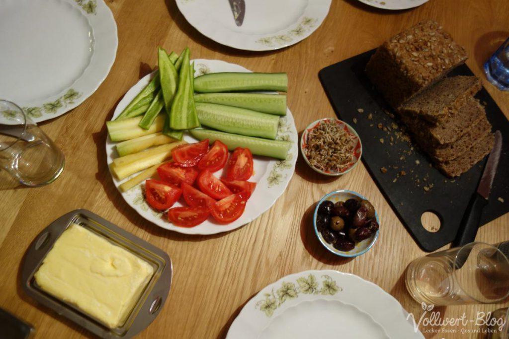 Abendessen mit Gemüsestiften und Sauerteigbrot