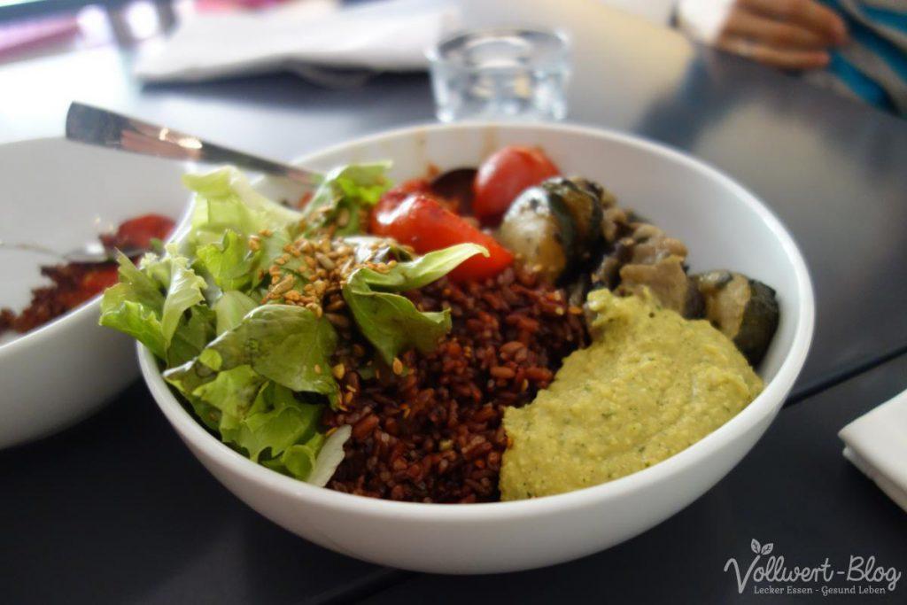 Vegane Mittagsbowl mit roten Reis