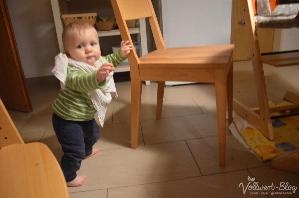 Kleiner Laufanfänger in der Küche