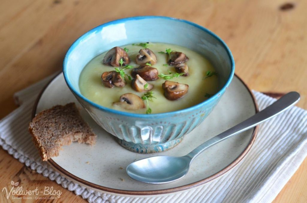 Kartoffel-Sellerie-Cremesuppe mit Kresse und gebratenen Pilzen