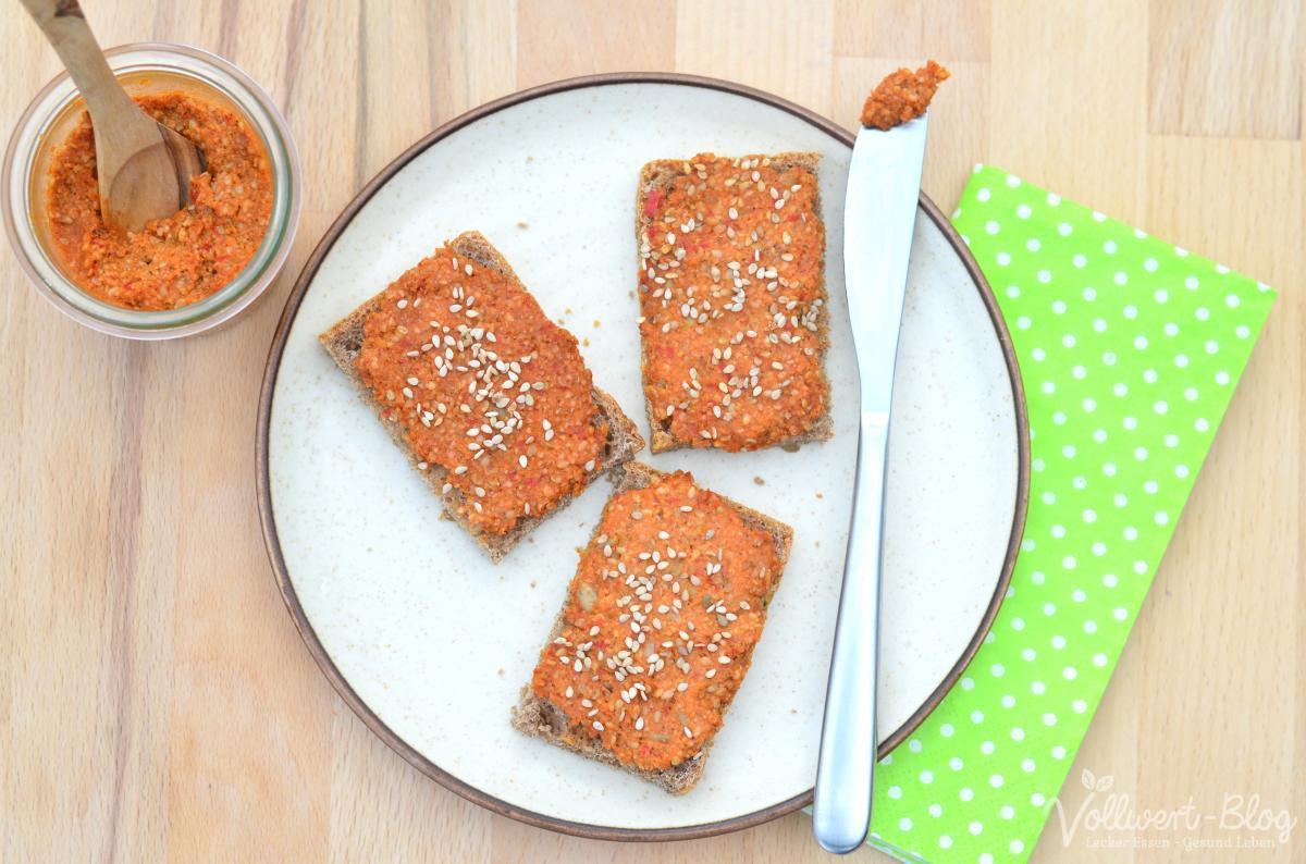 Rohköstlicher veganer Paprika-Sesam-Aufstrich