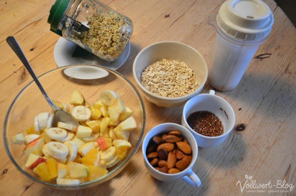 Obstsalat, Buchweizensprossen, Haferflocken, Mandelmilch