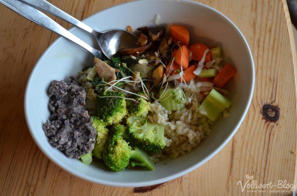 Bowl mit Reis, Bohnendip und weiteren Komponenten