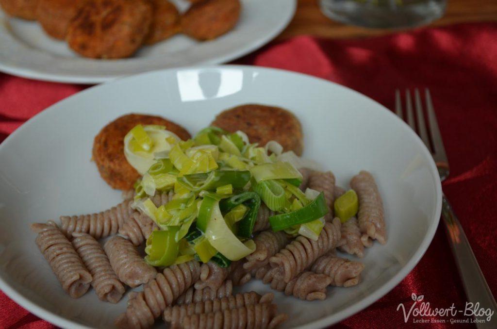 Vollkornnudeln mit Porree-Sahne-Sauce & vegetarische Frikadellen