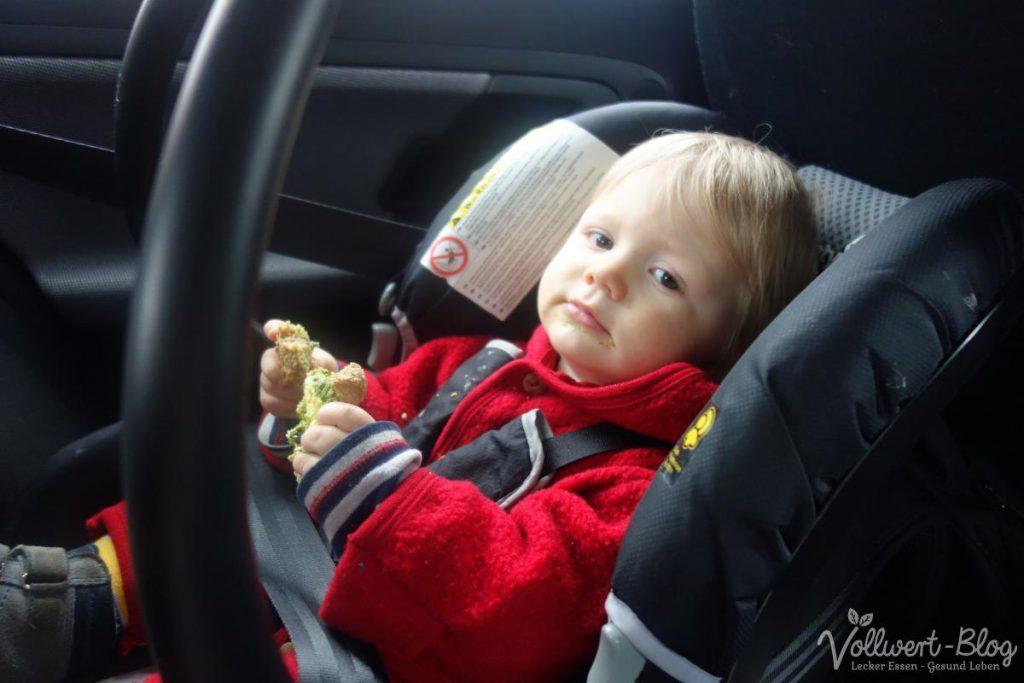 Brötchen mümmeln im Auto