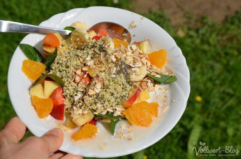Frischkornmüsli mit Haferflocken, Chia- & Hanfsamen, Mandelmilch