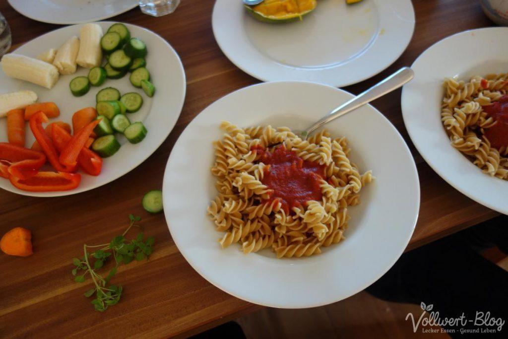 Abendbrot Nudeln mit Tomatensauce, Rohkost-Teller