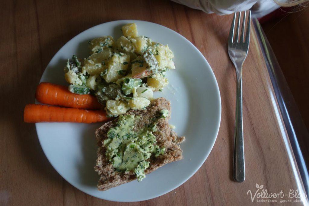 Mittagessen: Kartoffelsalat, Baguette und Möhren