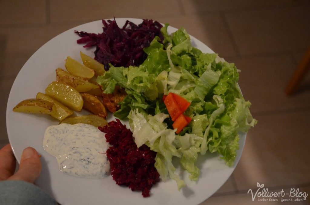 Abendessen: Kartoffelspalten, Salat, Dill-Dip, Kimchi, Rotkohl