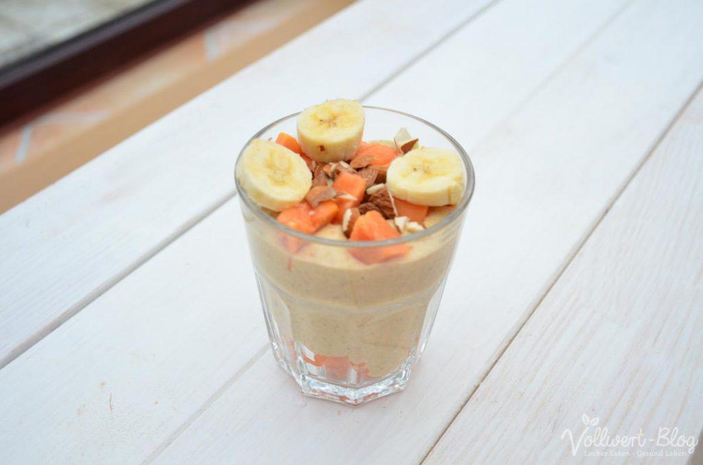 rohköstliches veganes Buchweizen-Porridge mit Kaki