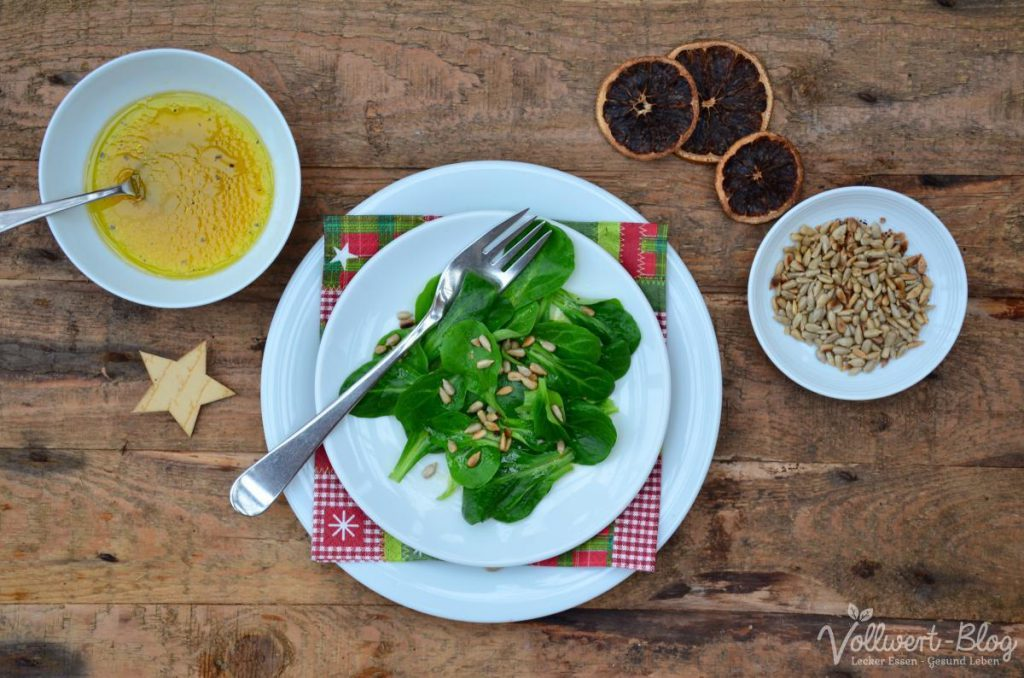 Feldsalat mit Orangendressing und gerösteten Kernen