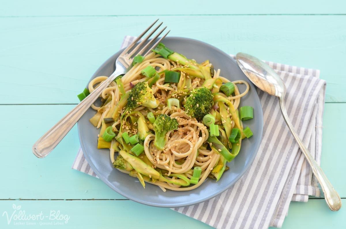 Spargel-Bandnudeln mit Reis-Spaghetti und Brokkoli