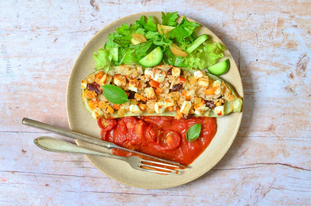Gefüllte Zucchini mit Reis und Salat
